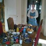 Christine atendiendo todo el tiempo el desayuno