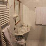 Mezzo bagno (in più c'è la doccia e i servizi)