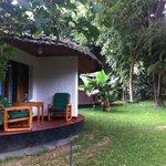 Petis bungalows individuels nichés dans un jardin luxuriant