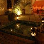 La patio et la fontaine de nuit