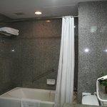 La salle de bain, côté baignoire