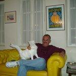 Brincando com Waleska, a gata criada pelo proprietário
