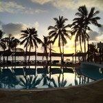 widok na basen o zachodzie słońca