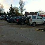 El parking, muy amplio y bien organizado.