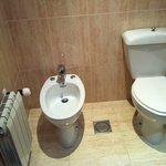 Baño, muy antiguo pero limpio.