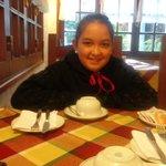 mi hija desayunando tempranito