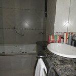 Baño amplio con bañera e hidromasaje,