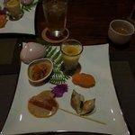 前菜1 (サーモンの握り、とこぶし、トマトとゴマだれ、魚にあんかけ、冷製茶碗蒸し)