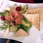 Entrée salade foie gras maison et saumon fumé