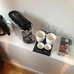 Cafetière Nespresso et Thés Damman à disposition