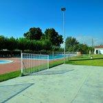 El polideportivo comunitario tiene pistas de tenis, basket, futbol y dos piscinas
