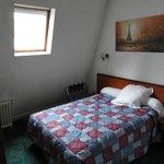 Habitación muy cómoda, con placard, caja de seguridad, un escritorio y buen baño