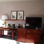 Mesa de televisión y cafetera