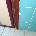 Un dettaglio della porta rovinata