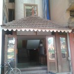 entrance very unlikely like the pics of hotel on web.shabby