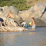 Niños disfrutando en el río San José