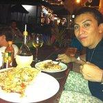 pizza de langosta y una copa de vino