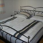 Schlafzimmer mit Doppelbett in der Ferienwohnung Maxi