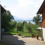 Blick vom Balkonzimmer auf den Bodensee und in die Alpen in der Ferienwohnung Maxi