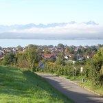 Ausblick von Lindau- Streitelsfingen auf den Bodensee, die Alpen und Lindau