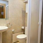 Baño con ducha en habitación doble