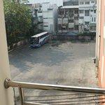 Окна комнаты выходят на автобусную стоянку, очень шумно