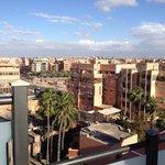 Vue de Marrakech sur le toit de l'Almas