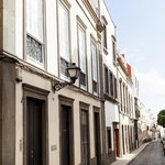 Entrada del Hostel en una de las emblemáticas calles de Vegueta (casco histórico de Las Palmas G