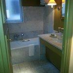 salle de bain avec douche et baignoire dans chambre deluxe