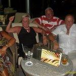 sur la terrasse avec des amis Yvette et Nico