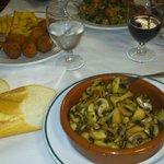 Champiñones al ajillo, verduras rehogadas, croquetas