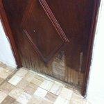La puerta del baño toda podrida e hinchada se atora al abrir y por supuesto hace mucho ruido