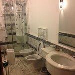 bagno pulito e nuovo, kit doccia e saponi già forniti