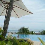 Vista desde la piscina hacia el mar
