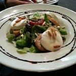 Salade ou chèvre chaud et pignons