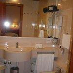il bagno, ben fornito di saponi e tv