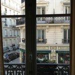 Vista desde la habitación (una boulangerie justo enfrente)