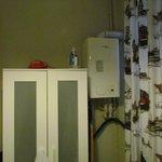 Caldera del agua caliente y calefacción dentro de un dormitorio