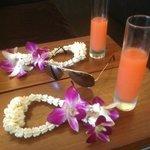 cocktail et collier de fleur a l'arrivée