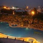 部屋から見るプールと夜景