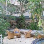 interieur de l'hotel avec ses plantes et oiseaux