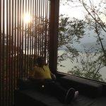テラスから湖を望む