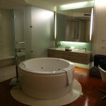 Deluxe Suite (Single Floor) - Jacuzzi pool right behind ur bed...