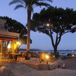 Les jardins et le restaurant en début de soirée