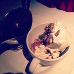 Мороженное с шоколадным соусом и орехами
