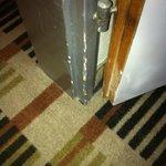 Möbel und Türrahmen teilweise ziemlich renovierungsbedürftig