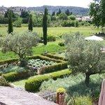 vue Jardin et chateau de Lagnes
