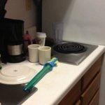La cocina deteriorada pro los años, solo con equipo para 2 personas.