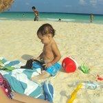 Mi bebé jugando el la playa