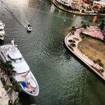 movimento de barcos ao lado do Epic Hotel